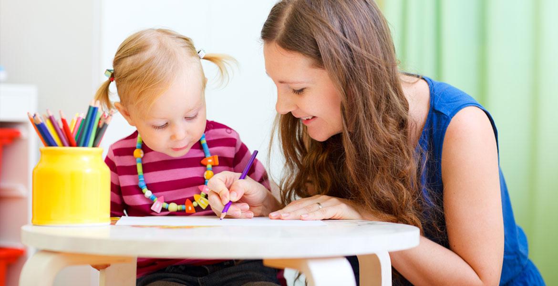enfant et sa mère en train d'écrire